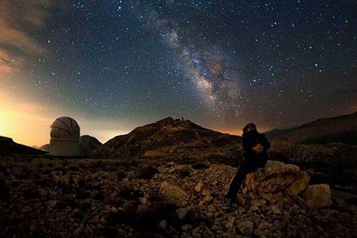 Tuğral, astronomi fotoğraflarıyla 2010'da National Geographic sayfalarında yer almaya başladı ve 2012'de NASA'nın açtığı bir fotoğraf yarışmasına katıldı.