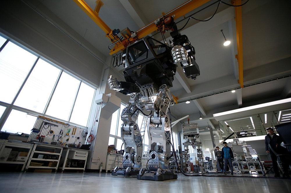 Güney Kore'de geliştirilen 4 metre uzunluğundaki ve 1 buçuk ton ağırlığındaki avatar robot ilk adımlarını attı. 'Method-2' isimli robotun dünyanın ilk insanlı ve iki ayaklı robotu olduğu belirtildi.
