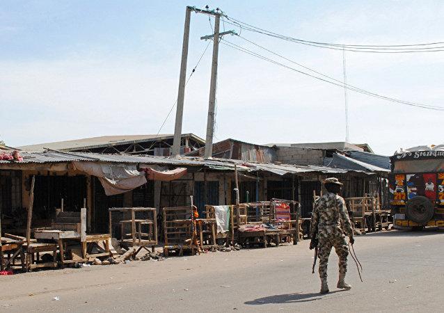 Maiduguri kentinde devriye gezen bir Nijerya askeri