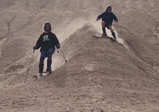 Avrupalılar, İran çöllerinde kum kayağı yaptı