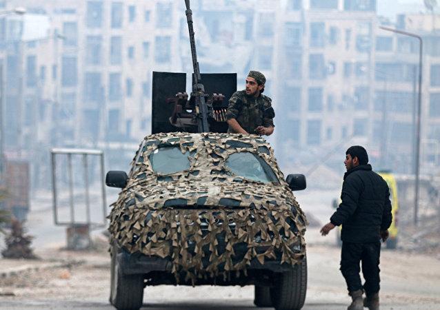 Halep'in doğusundan tahliye edilmeden önce kamuflajlı aracında bir ÖSO üyesi