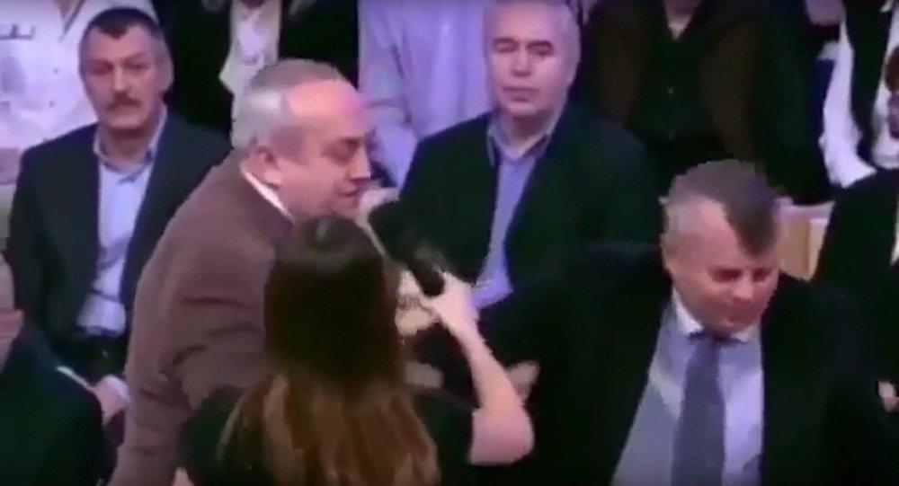 Rus senatör, ölenleri anmak için ayağa kalkmayan Ukraynalı ırkçıyı dışarı böyle attı