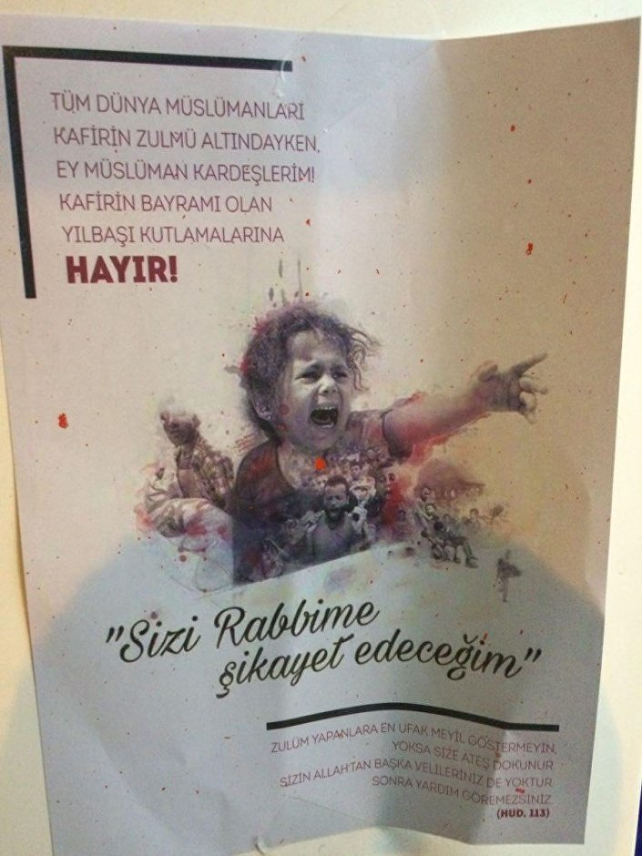 Manisa Turgutlu'da, bankaların otomatik para çekme makinelerine 'Sizi Rabbime şikayet edeceğim' yazılı afiş yapıştırdığı belirlenen 35 yaşındaki Ömer D. polis tarafından gözaltına alındı.