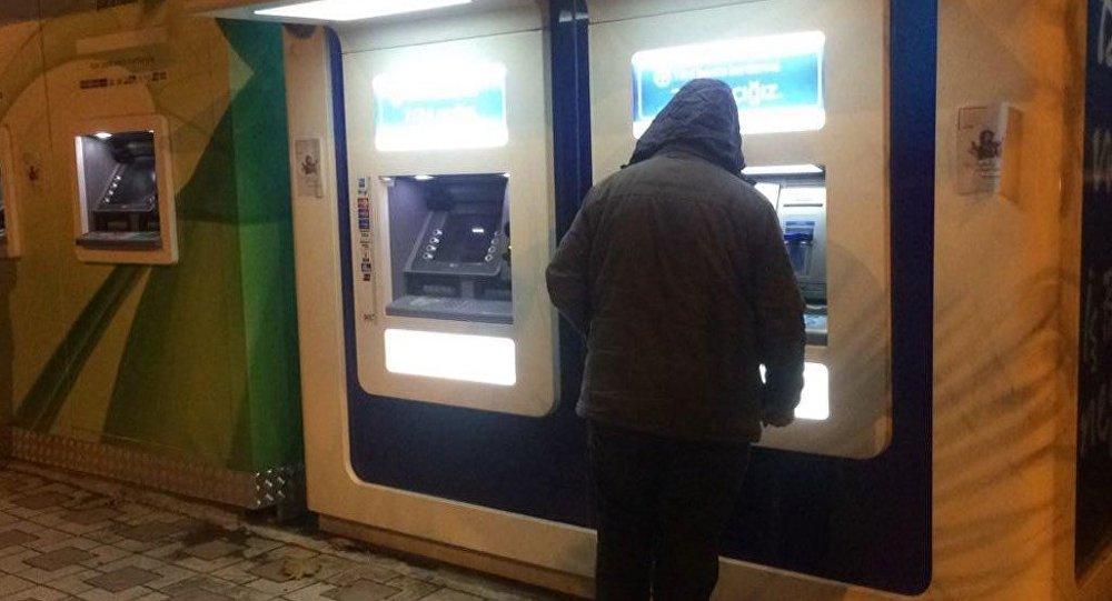 ATM'lere 'Sizi Rabbime şikayet edeceğim' afişi yapıştıran kişiye gözaltı