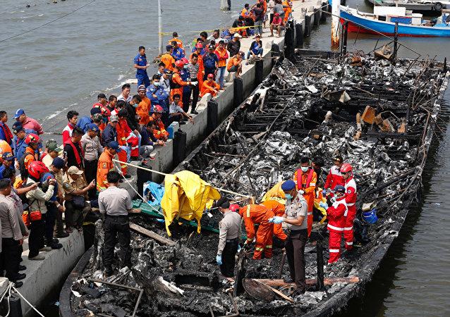 Endonezya'da yolcu taşıyan teknede yangın çıktı