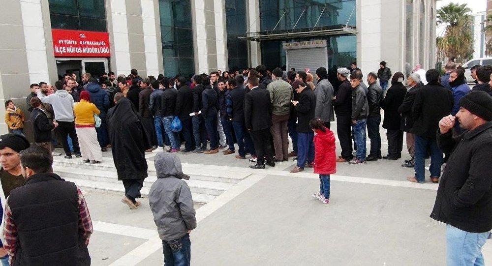 Şanlıurfa Nüfus ve Vatandaşlık İşleri Müdürlüğü'nde, çipli kimlik kartı başvuruları yoğunluğuna neden oldu.