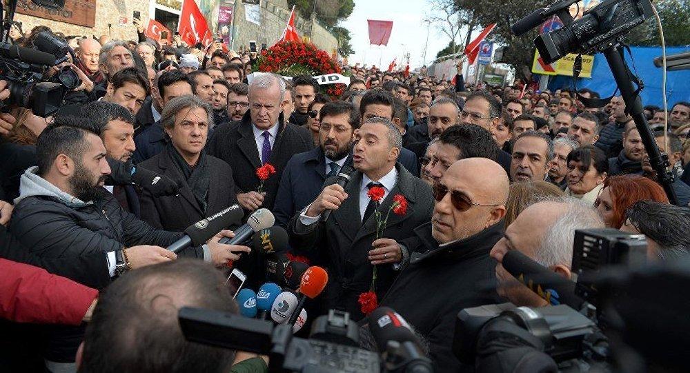 Turizm Restaurant Yatırımcıları ve İşletmecileri Derneği (TURYİD), Reina'da meydana gelen terör saldırısı sonrası, Kuruçeşme Cemil Topuzlu Parkı önünden, Reina'ya kadar yürüyüş düzenledi.