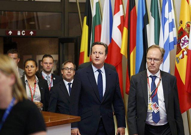İngiltere eski Başbakanı David Cameron (solda) ve istifa eden AB Büyükelçisi Ivan Rogers