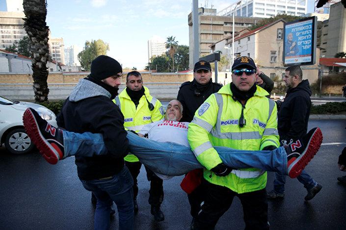 Azaria'ya destek için mahkeme önüne gelen bazı aşırı sağcı İsrailliler, polis tarafından yaka paça bölgeden uzaklaştırıldı.