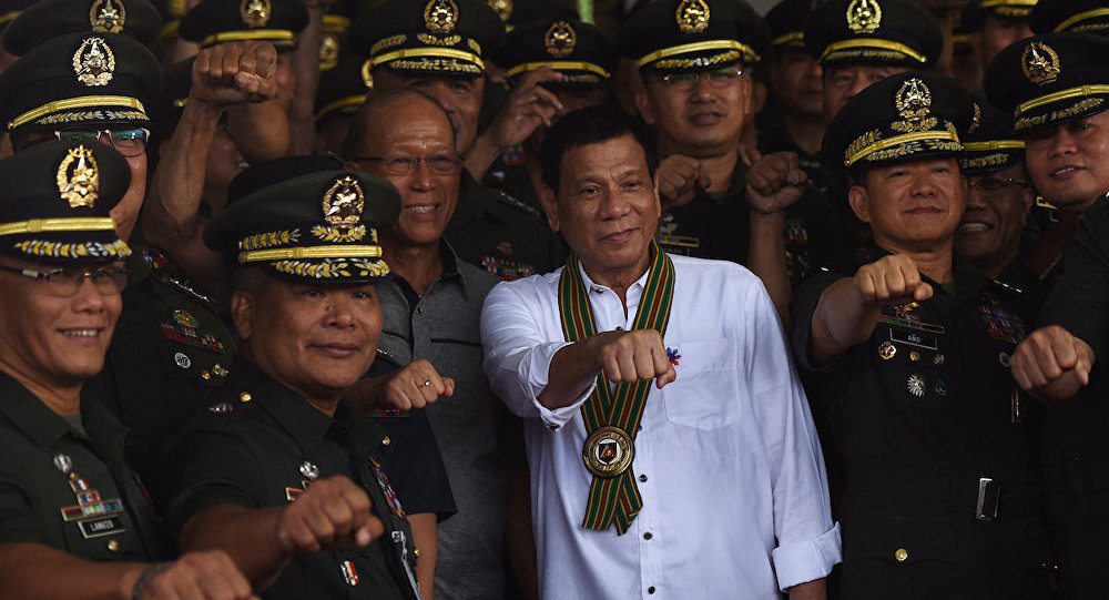Filipinler Devlet Başkanı Rodrigo Duterte ve komutanlar