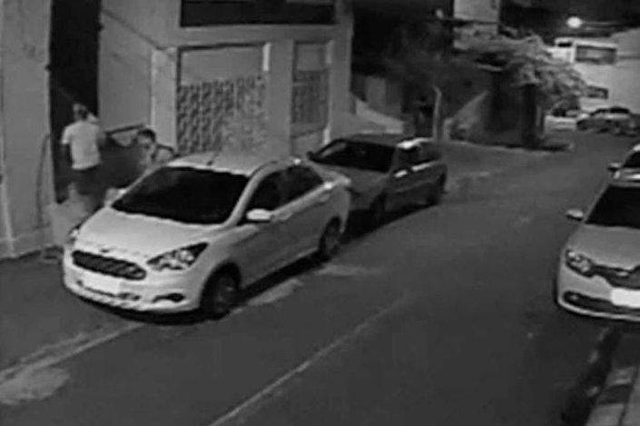 Amiridis'i öldüren Oliveir ve kuzeninin, Amiridis'in evinin önünde olduğunu gösteren güvenlik kamerası kayıtları