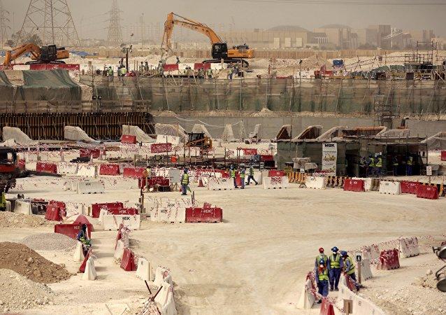 2022 Dünya Kupası için Katar'ın başkenti Doha'daki Al-Wakra stadyumunun inşaatında çalışan işçiler