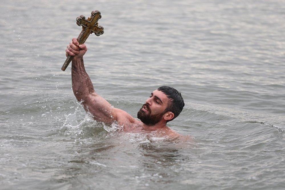Denizden haç çıkarma töreni