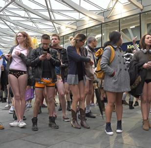 Londra metrosunda 'pantolonsuz' eylem düzenlendi.