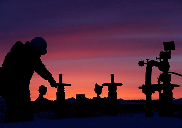 Rusya'da devlete ait petrol şirketi Bashneft'e ait tesiste çalışan bir işçi