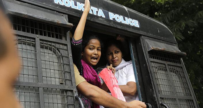 Hinditan'ın Kalküta kentinde toplu tecavüz olayını protesto ederken gözaltına alınan eylemci