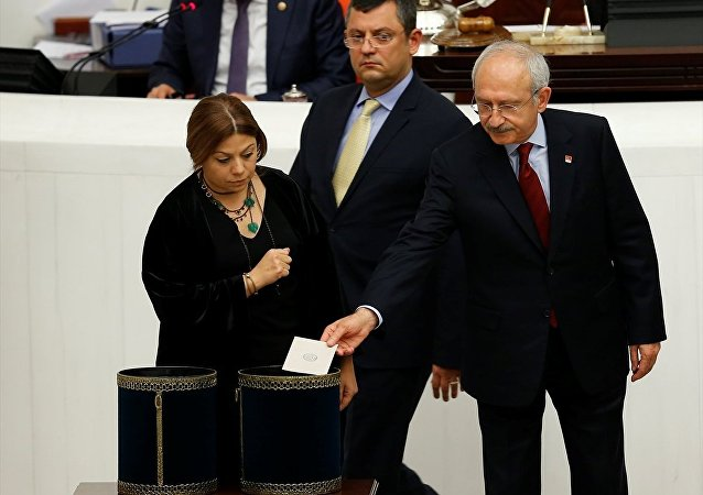 TBMM Genel Kurulunda, Anayasa değişiklik teklifinin 1. turunda üçüncü maddenin gizli oylaması yapıldı. CHP Genel Başkanı Kemal Kılıçdaroğlu, oyunu kullandı.