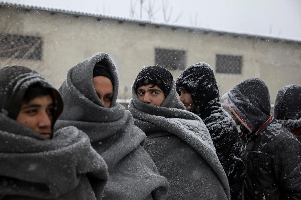 Avrupa'nın güneyinde soğuk kendini iyiden iyiye hissettirirken, binlerce sığınmacı kar yağışından korunmak için boş depolara veya terk edilmiş binalara sığınıyor.
