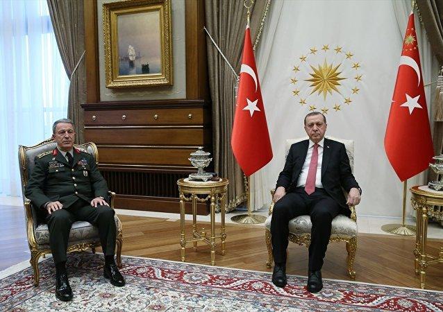 Cumhurbaşkanı Recep Tayyip Erdoğan, Genelkurmay Başkanı Orgeneral Hulusi Akar'ı kabul etti.