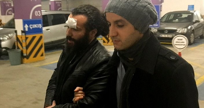 Fenerbahçe Müzesi'ndeki şampiyonluk kupalarından birini, bulunduğu cam bölmeyi kırarak aldıktan sonra yakalanan kişi, 'kamu kurum ve kuruluşlarındaki eşya hakkında hırsızlık' suçundan tutuklandı.