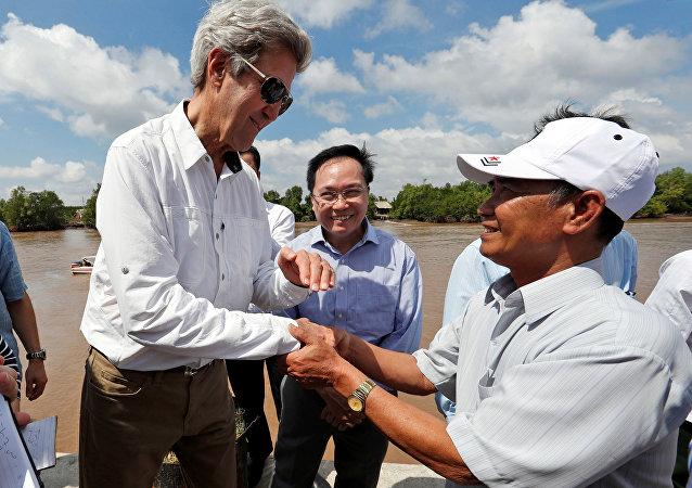 John Kerry  ve eski Viet Kong üyesi Vo Ban Tam
