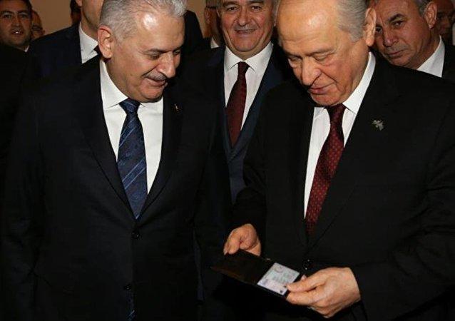 Başbakan Binali Yıldırım, MHP Genel Başkanı Devlet Bahçeli'ye dijital kimliğini verdi