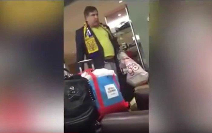 Saakaşvili'nin New York Havaalanı'ndaki göbekli görüntüleri internette yayınlandı