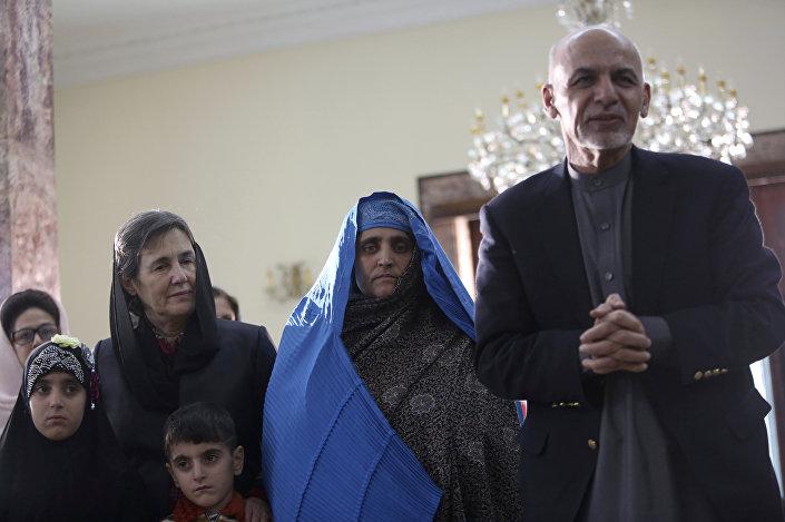 Afgan kızı Şerbet Gula (ortada) sınır dışı edildikten sonra Afganistan Devlet Başkanı Hamid Karzai ile birlikte
