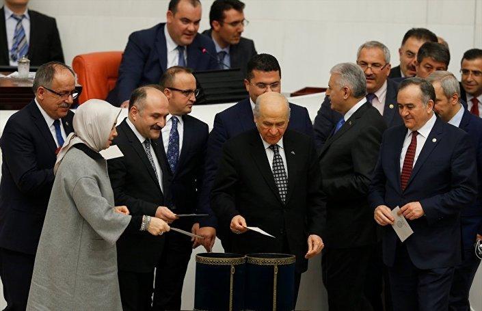 MHP Genel Başkanı Devlet Bahçeli, oyunu kullandı.
