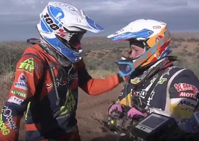 Dakar Rallisi 2017, Gregory Morat Rus motorcu Anastasiya Nifontova'ya yardım ediyor