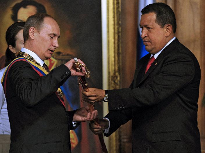 Venezüella eski lideri Hugo Chavez Bolivar'ın kılıcının kopyasını Rusya Devlet Başkanı Vladimir Putin'e gösteriyor.