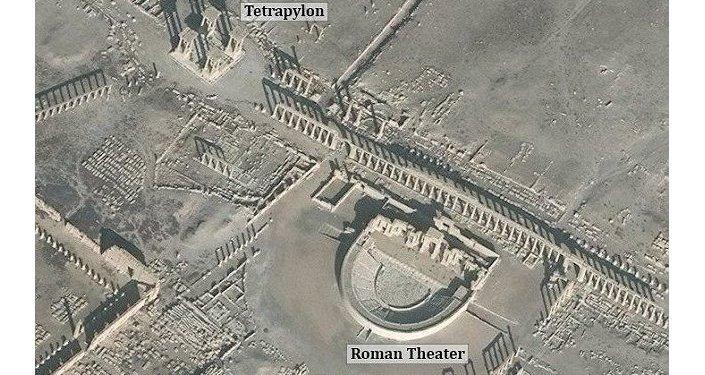 IŞİD'in son tahribatından önce Palmira Antik kentindeki tiyatro ve sütunlar.