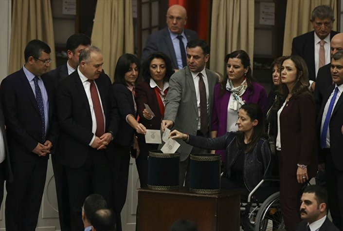 Genel Kurul'da yaşanan gerginlik sırasında yaralanan CHP İstanbul Milletvekili Şafak Pavey, tekerlekli sandalyeyle salona gelerek oyunu kullandı.