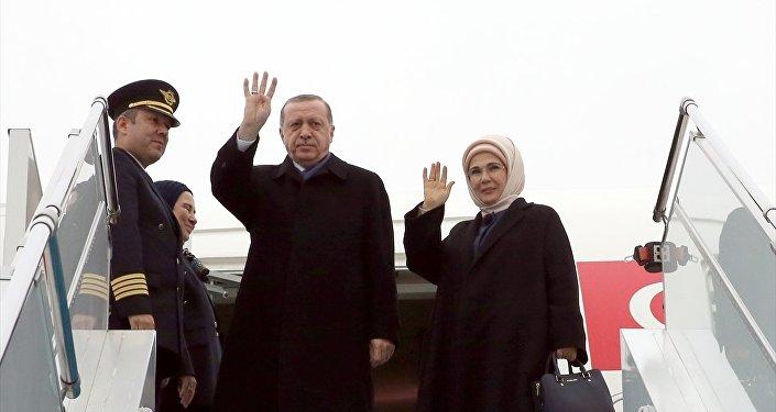 Afrika turuna çıkan Erdoğan'a eşi Emine Erdoğan da eşlik ediyor.