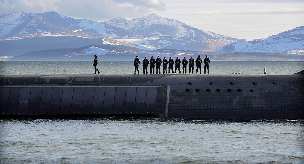 Trident Nükleer Denizaltı'nın üzerinde duran İngiliz Donanması askerleri