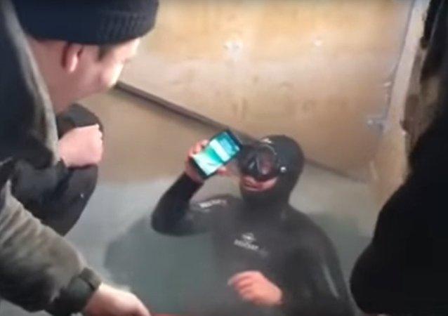 Rusya'da dalgıç çalışır durumdaki iPhone 7'yi 13 saat sonra gölden çıkardı