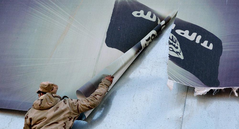 IŞİD'den geri alınan Musul'a giren Irak askerleri, örgütün bayrağının olduğu posterleri indirirken