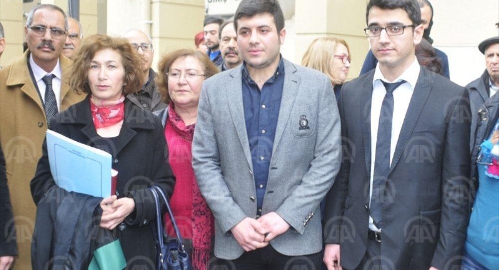 Adana'daki İncirlik 10.Tanker Üs Komutanlığında bir ABD askerinin başına çuval geçirme girişiminde bulunulmasıyla ilgili Türkiye Gençlik Birliği (TGB) üyesi 3 sanığın on ikişer yıl hapis istemiyle yargılandığı davaya devam edildi. Duruşma sonrası sanıklar Yalçın Semir Akarsu (sağ2) ile Cenk Kızılırmak (sağda) adliye çıkışında gazetecilere açıklama yaptı.