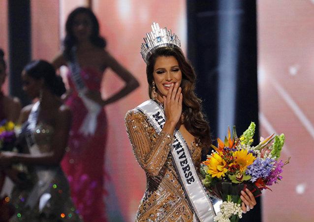 Filipinler'de düzenlenen Kainat Güzellik Yarışması'nın finalinde tacın sahibi Fransa'dan Iris Mitthenaerewas oldu.