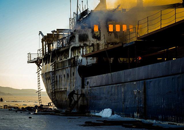 Судно Yeruslan горит у берегов Владивостока в акватории Амурского залива