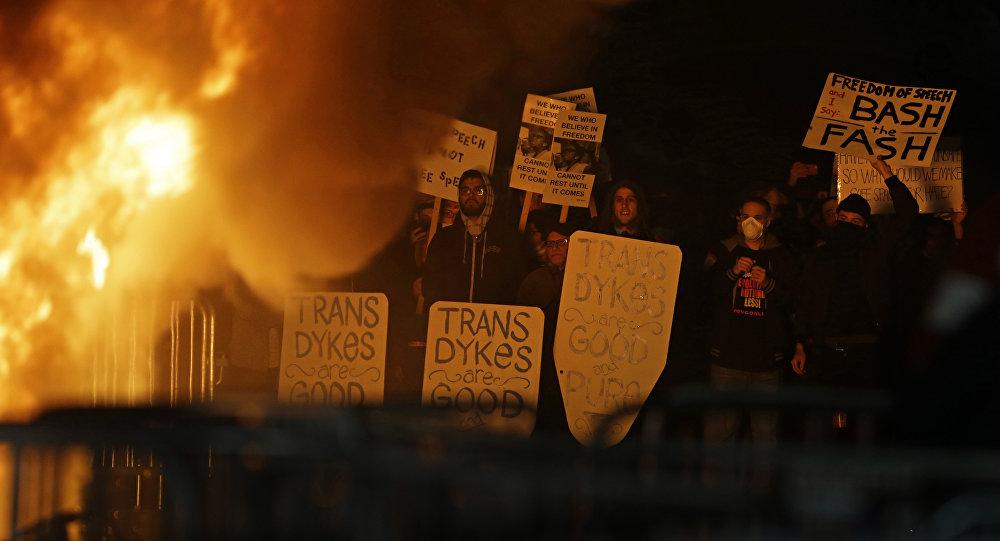 Berkeley'deki Kaliforniya Üniversitesi'nde Trump destekçisi Yiannopoulos protesto edildi