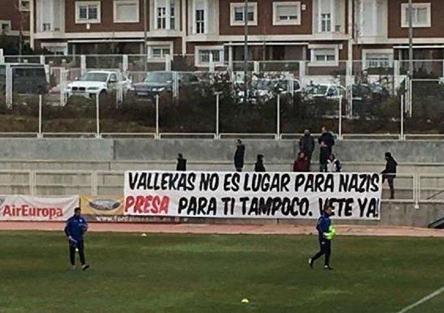 Rayo Vallecano taraftarlarının açtığı pankart