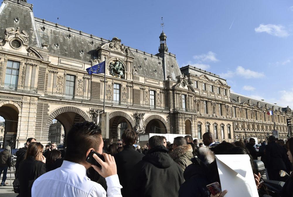 Louvre Müzesi'nde gergin anlar