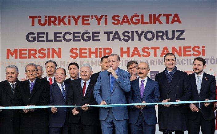 Cumhurbaşkanı Recep Tayyip Erdoğan, Başbakan Binali Yıldırım, Sağlık Bakanı Recep Akdağ (sol 3), Enerji ve Tabii Kaynaklar Bakanı Berat Albayrak (sağda), Kalkınma Bakanı Lütfi Elvan (sağ 3), Avrupa Birliği Bakanı ve Başmüzakereci Ömer Çelik (sağ 2) ile Ulaştırma, Denizcilik ve Haberleşme Bakanı Ahmet Arslan (solda) ile birlikte Mersin Şehir Hastanesi'nin açılış kurdelesini kesti.