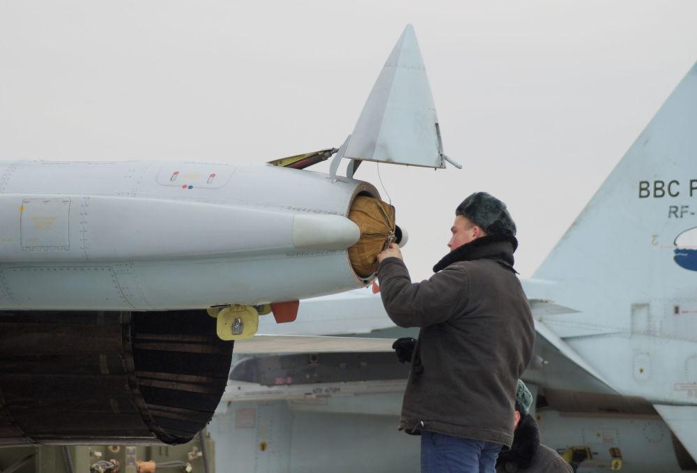 Su-30SM avcı uçağının paraşütünün hazır duruma getirilmesi.