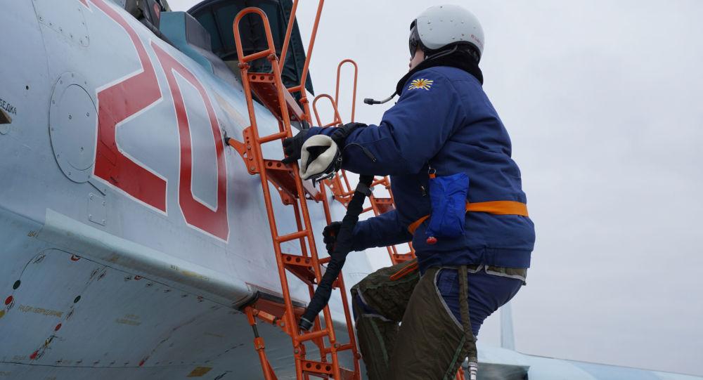 Krımsk kentindeki elemelere katılan pilot, antrenman için Su-30SM avcı uçağına biniyor.