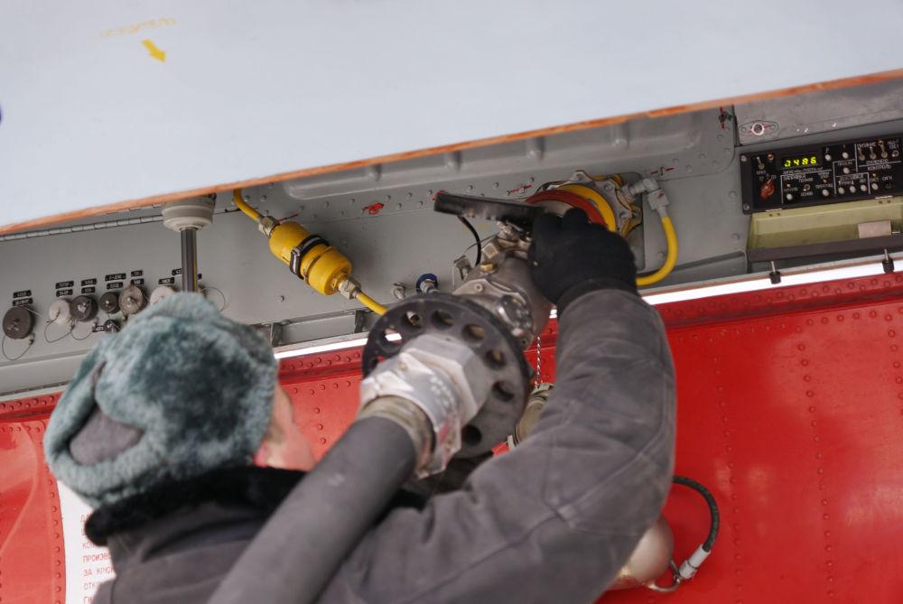 Su-30SM çok fonksiyonlu uçağa yakıt ikmali.