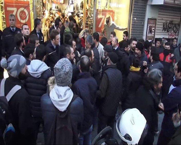 Kadıköy'de 'Anayasa değişikliğine hayır' eylemine polis müdahale etti