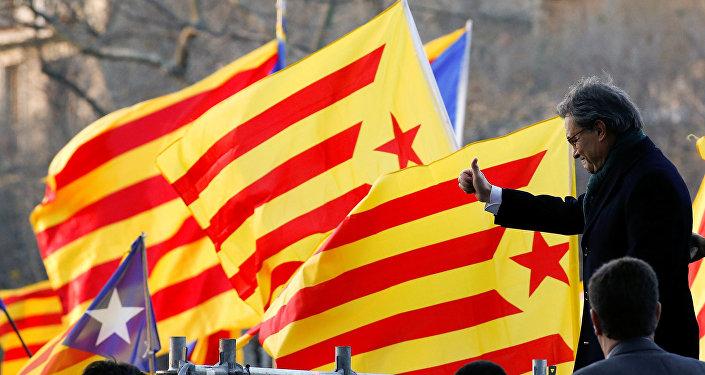 Katolonya özerk bölgesinin eski başkanı Artur Mas mahkeme önünde kendisini destekleyenleri selamlıyor