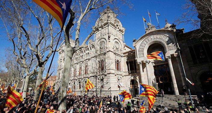 Katalonya eski Başkanı Artur Mas ve 2 Katalan yetkilinin yargılanmasına başlandı